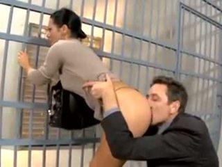 börtönben a látogató feleséget seggbekurja a