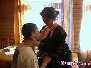 Potelée grand-mère getting certains bite en son