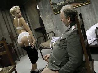 Młody dziewczyna i an stary człowiek having seks