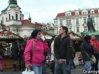 Gammal grannyen turist jumps på hans kuk