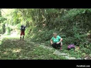Paffuto nonnina takes dicking in il foresta