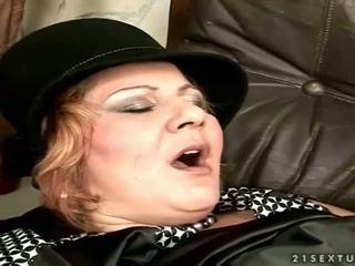 Grannyen gets körd på den soffan