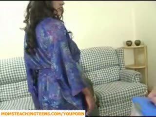 موم seducing صبي و في سن المراهقة فتاة scout
