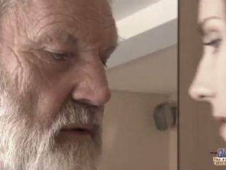 Teenie vajzë në dhimbje fucks i vjetër njeri për me erëza oblivion