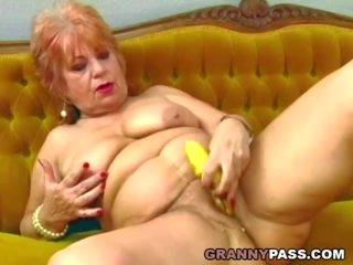 Perempuan tua fucks dia tua alat kemaluan wanita dengan pisang, porno d9