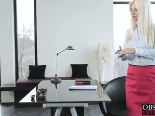 Heiß blond jessie volt bends über bei die büro für ein ins gesicht