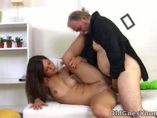 Alyona yra a seksualu jaunas moteris ir ji yra sitting apie the lap apie jos vyresnis seksualu vyras