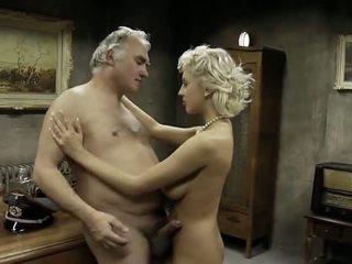 Vanha mies fucks kolme makea nuori tytöt