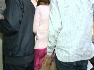 Pievilcīgas korejieši teenager having viņai brūns acs un coochie touched uz crowded autobuss