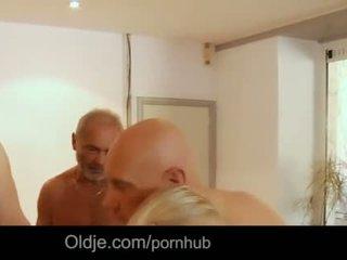 Seven grandpas gabg bangs sexy joven rubia en un reunión