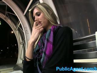 Publicagent ホット 背の高い ベイブ spreads 彼女の 脚 のために 現金 で 公共