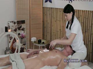 חזה גדול masseuse fucks משומן לקוחות