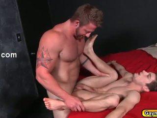 स्किनी tw-nk getting उसके आस बकवास द्वारा hunk गे