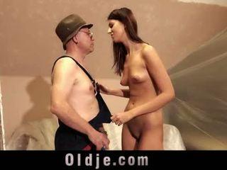 Stary człowiek i młody wysokie dziewczyna seks grać