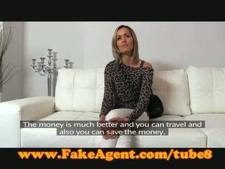 Fakeagent บลอนด์ ผู้หญิงสวย gets spunk อาบน้ำ ใน แคสติ้ง