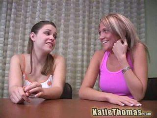 Katie thomas och flickvän gå svart