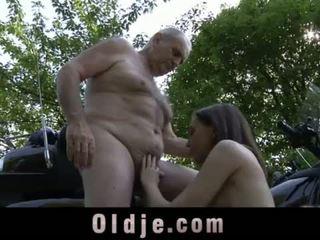 Joven pequeñita chica swallows viejo corrida después abuelo polla paseo <span class=duration>- 6 min</span>