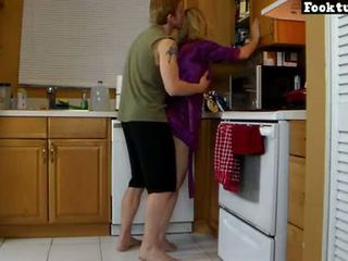 Mama lets syn wyciąg jej i harówka jej gorące tyłek do on cums w jego szorty