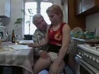 Sb3 hon knows vad till förvänta när morfar gives henne en
