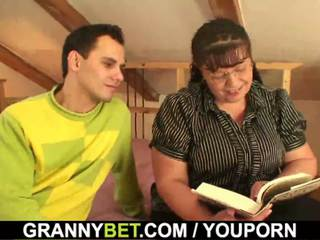 Vet boekenwurm dame is picked omhoog voor spelen