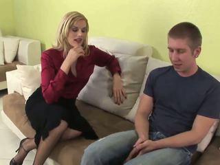 Seductive blondýna milfka gives fantastický fajčenie
