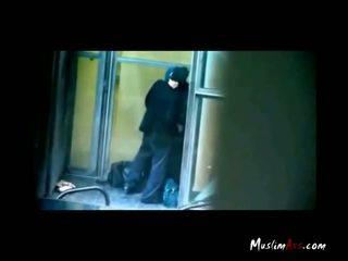Hijab mësues i kapuri puthje nga spycam