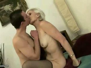 Chaud vieille enjoys sexe avec une garçon
