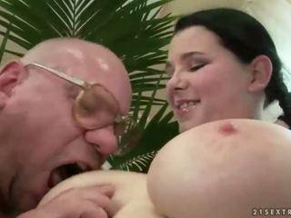 Srečen dedek fukanje s veliko oprsje najstnice