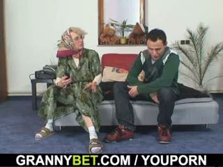 Lonely viejo abuela pleases an joven guy