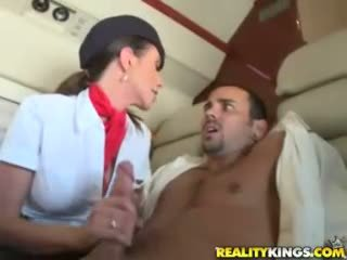 Het flight attendents ariella ferrera och aimee addison ge i flight avsugning