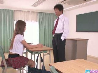 뿔의 아시아의 여학생 입 과 빌어 먹을