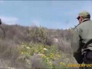 Szűk latin kimberly gates gets nailed által patrol agent