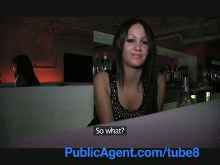 Publicagent krásný bruneta barmaid gets fucked za the bar