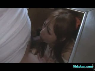 Asia gadis getting dia mulut dan alat kemaluan wanita kacau sementara standing air mani untuk bokong di itu dapur