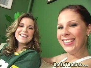 Katie och henne flickvän taking en svart shlong