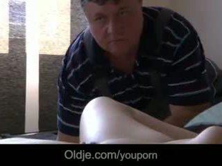 Dulce adolescente masturbates seducing viejo porno actor a joder su mojada coño vídeo
