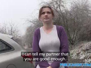 Publicagent innocent shopper gets körd i en bil för modelling jobb