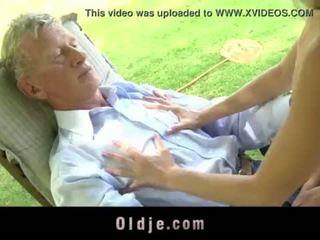 Teenie školáčka swallowing semeno von doggy jebanie starý vták <span class=duration>- 6 min</span>