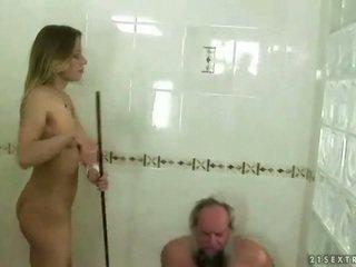 Nastolatka punishing dziadek