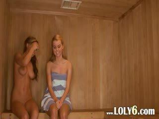 Lesbijskie cipka licking w the gorące sauna