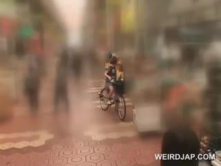 Asiatic adolescenta sweeties getting twats toate ud în timp ce calarind the bike