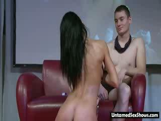 Slender tumšs haired stripper gives a lap dance un a dzīvot izstāde par posms