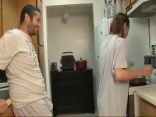 Irmão e sister broche em o cozinha
