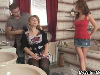 Zijn vrouw leaves en hij bangs haar heet mam