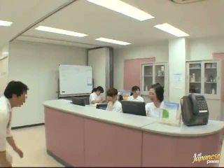 Хубав японки медицинска сестра gives а stroking към на пациент