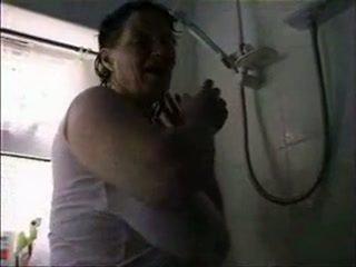 Madura con grande saggy tetitas en ducha