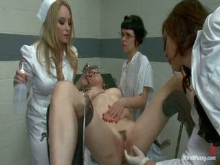Two vies pussys hebben strapped naar een gyno stoel en bumped door hun lesbie doctors