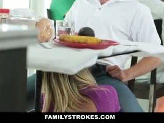 Šeima strokes- step-mom teases ir fucks step-son