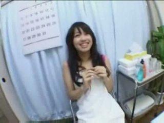 Aziatisch babe creampie geneukt en fingered op massage tafel
