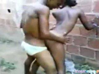 2 africanos fodendo а garota em um beco